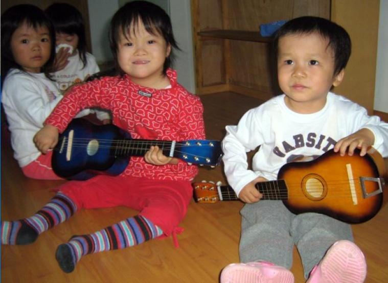 Weeskinderen met gitaar